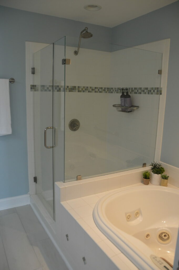 Photo of the master bath at Governors Landing